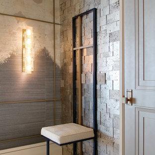 タンパの中くらいの片開きドアエクレクティックスタイルのおしゃれな玄関ロビー (メタリックの壁、磁器タイルの床、グレーのドア、ベージュの床) の写真