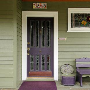 Immagine di una porta d'ingresso stile americano di medie dimensioni con pareti verdi, pavimento in ardesia, una porta singola e una porta viola