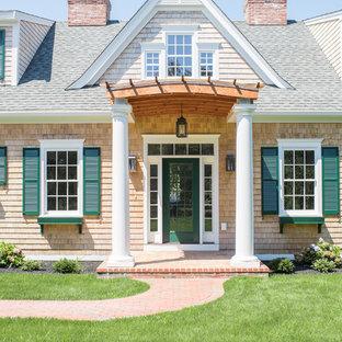 プロビデンスの広い片開きドアビーチスタイルのおしゃれな玄関ドア (緑のドア) の写真