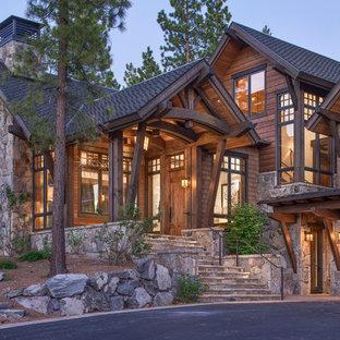Свежая идея для дизайна: большое фойе с коричневыми стенами, гранитным полом, одностворчатой входной дверью и коричневой входной дверью - отличное фото интерьера
