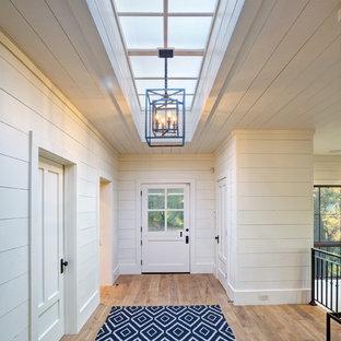 Idee per una grande porta d'ingresso country con una porta olandese, pareti bianche, parquet chiaro e una porta in legno chiaro