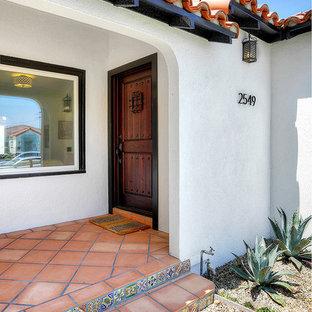 Идея дизайна: входная дверь в средиземноморском стиле с полом из терракотовой плитки и одностворчатой входной дверью