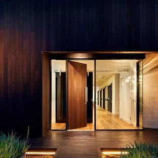メルボルンの大きい片開きドアコンテンポラリースタイルのおしゃれな玄関ドア (濃色木目調のドア) の写真