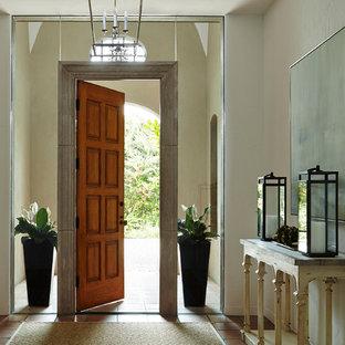 Mittelgroße Maritime Haustür mit Terrakottaboden, beiger Wandfarbe, Einzeltür und hellbrauner Holztür in Miami