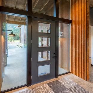 Imagen de distribuidor urbano, de tamaño medio, con paredes blancas, suelo de cemento, puerta simple, puerta negra y suelo beige