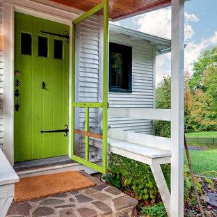 Esempio di un ingresso o corridoio classico con una porta verde