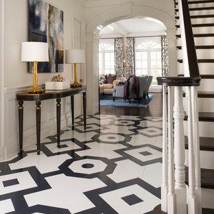 Idéer för att renovera en vintage entré, med vita väggar och flerfärgat golv