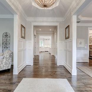 Свежая идея для дизайна: узкая прихожая среднего размера в стиле современная классика с белыми стенами и полом из фанеры - отличное фото интерьера