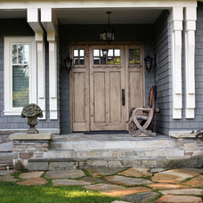 Traditional Entry by John Henshaw Architect Inc.