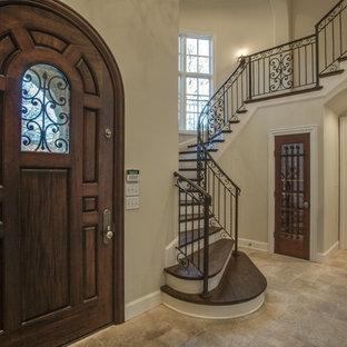 Exempel på en stor klassisk ingång och ytterdörr, med beige väggar, travertin golv, en enkeldörr, mörk trädörr och beiget golv
