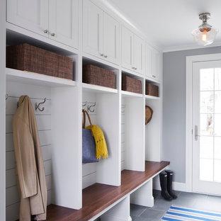 Aménagement d'une entrée classique de taille moyenne avec un vestiaire, un mur gris, un sol en vinyl, une porte simple et une porte blanche.