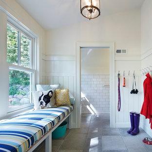 Inspiration pour une entrée traditionnelle de taille moyenne avec un vestiaire, un mur blanc, un sol en calcaire et une porte simple.