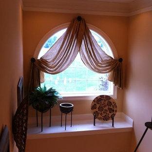 他の地域の中サイズの片開きドアトランジショナルスタイルのおしゃれな玄関ロビー (ピンクの壁、白いドア) の写真