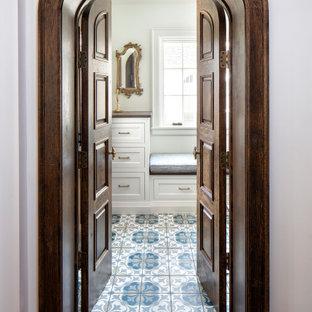 Inspiration för ett medelhavsstil kapprum, med vita väggar, klinkergolv i keramik, en brun dörr och blått golv