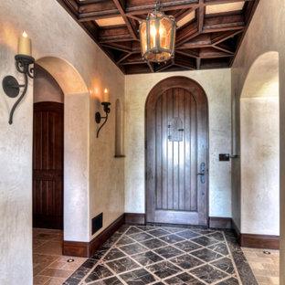 Diseño de distribuidor mediterráneo, de tamaño medio, con paredes marrones, suelo de mármol, puerta simple, puerta de madera oscura y suelo negro