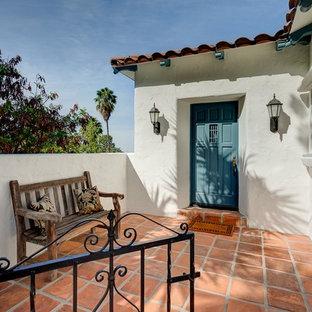 Idéer för att renovera en liten medelhavsstil ingång och ytterdörr, med klinkergolv i terrakotta, en enkeldörr och en blå dörr