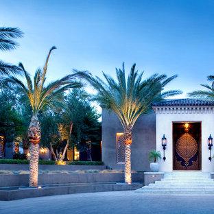 Idée de décoration pour une porte d'entrée méditerranéenne avec une porte double et une porte métallisée.