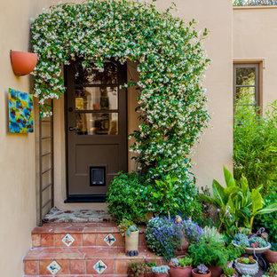 Medelhavsstil inredning av en ingång och ytterdörr, med en enkeldörr och en brun dörr