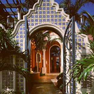 マイアミの両開きドア地中海スタイルのおしゃれな玄関 (ピンクの壁) の写真