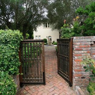 他の地域の地中海スタイルのおしゃれな玄関 (濃色木目調のドア) の写真