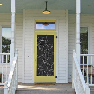 Неиссякаемый источник вдохновения для домашнего уюта: прихожая в классическом стиле с желтой входной дверью