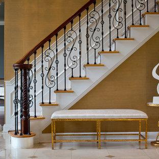 Cette photo montre un vestibule chic avec mur métallisé, un sol en marbre et un sol beige.