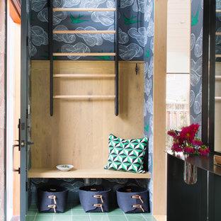 Inredning av en 50 tals farstu, med flerfärgade väggar och grönt golv