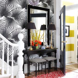 Idéer för att renovera en liten funkis entré, med flerfärgade väggar och mellanmörkt trägolv