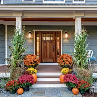 Mittelgroße Rustikale Haustür mit blauer Wandfarbe, Einzeltür, hellbrauner Holztür und braunem Boden in Boston