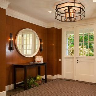 ワシントンD.C.のダッチドアエクレクティックスタイルのおしゃれな玄関ロビー (茶色い壁、白いドア、リノリウムの床) の写真