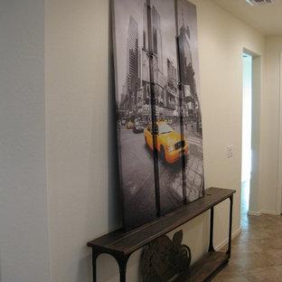 Diseño de distribuidor urbano, de tamaño medio, con paredes amarillas, suelo de baldosas de cerámica, puerta simple y puerta marrón
