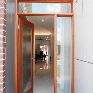 Cette photo montre une petit porte d'entrée tendance avec un mur gris, un sol en bois brun, une porte simple, une porte en bois brun, un plafond voûté et boiseries.