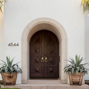 Große Mediterrane Haustür mit weißer Wandfarbe, Doppeltür und dunkler Holztür in Dallas