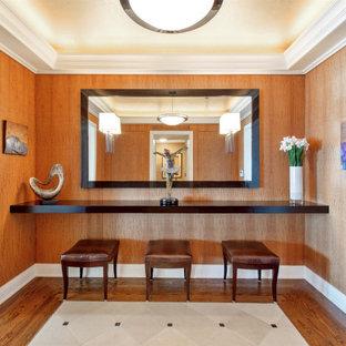 Стильный дизайн: фойе среднего размера в стиле современная классика с коричневыми стенами, полом из известняка, бежевым полом, кессонным потолком и деревянными стенами - последний тренд