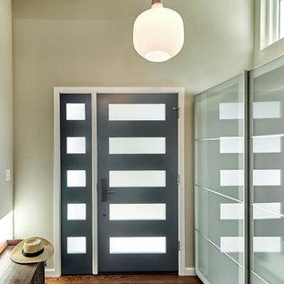 На фото: маленький вестибюль в стиле ретро с серыми стенами, паркетным полом среднего тона, одностворчатой входной дверью, синей входной дверью и потолком из вагонки