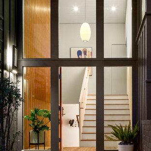Источник вдохновения для домашнего уюта: большое фойе в стиле ретро с белыми стенами, одностворчатой входной дверью, оранжевой входной дверью и светлым паркетным полом