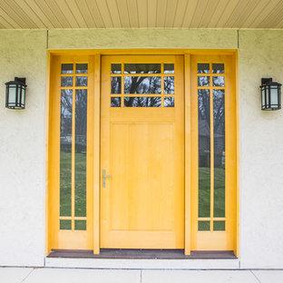Diseño de puerta principal de estilo americano, grande, con puerta simple y puerta amarilla