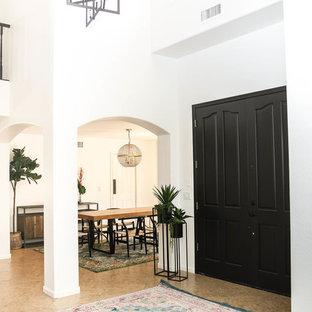 フェニックスの大きい両開きドアミッドセンチュリースタイルのおしゃれな玄関ロビー (白い壁、トラバーチンの床、黒いドア、ベージュの床) の写真