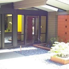 Contemporary Entry by Hart Wright Architects, AIA