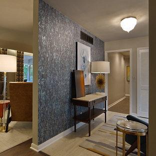 Свежая идея для дизайна: большое фойе в стиле ретро с бежевыми стенами, полом из травертина, одностворчатой входной дверью, серой входной дверью и желтым полом - отличное фото интерьера