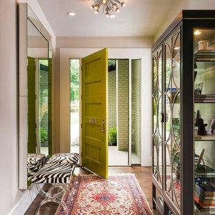 Exempel på en mellanstor klassisk hall, med mellanmörkt trägolv, en enkeldörr, en grön dörr och beige väggar