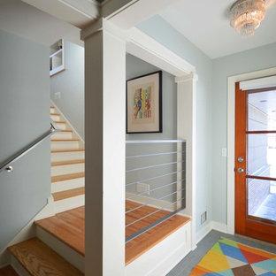 Свежая идея для дизайна: фойе среднего размера в стиле ретро с зелеными стенами, полом из керамической плитки, одностворчатой входной дверью, входной дверью из дерева среднего тона и зеленым полом - отличное фото интерьера