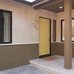 Ispirazione per una porta d'ingresso moderna di medie dimensioni con pareti beige, una porta singola e una porta gialla