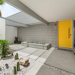 Esempio di una porta d'ingresso moderna con una porta singola e una porta gialla