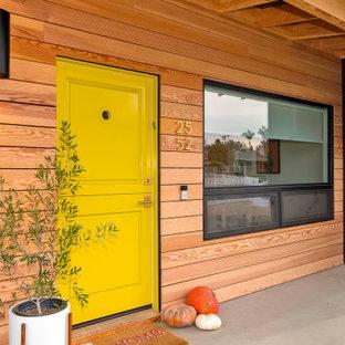 Idéer för mellanstora 60 tals ingångspartier, med svarta väggar, en tvådelad stalldörr och en gul dörr