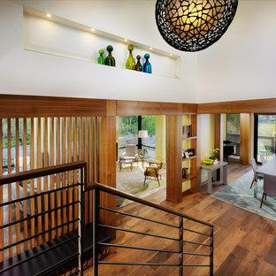 Ispirazione per un ingresso minimalista di medie dimensioni con pareti bianche e pavimento in legno massello medio