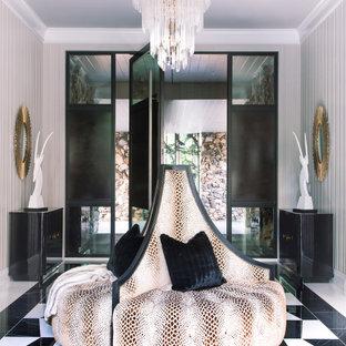 Inspiration för klassiska foajéer, med grå väggar, en skjutdörr, en svart dörr och flerfärgat golv