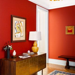 Свежая идея для дизайна: фойе среднего размера в стиле ретро с красными стенами, паркетным полом среднего тона и коричневым полом - отличное фото интерьера