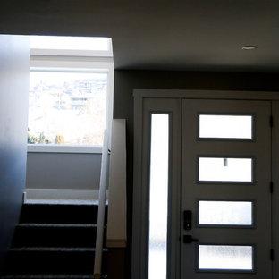 Modelo de puerta principal moderna, de tamaño medio, con paredes grises, suelo vinílico, puerta simple, puerta blanca y suelo gris