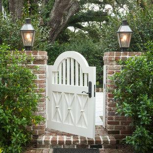 Inspiration för mellanstora klassiska foajéer, med vita väggar, en dubbeldörr, en vit dörr och rött golv